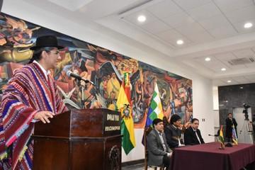 Huanacuni insinúa tensiones y Pary asume como Canciller