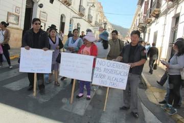 Sucre: Comerciantes del mercado San Antonio bloquean y exigen conclusión de obra