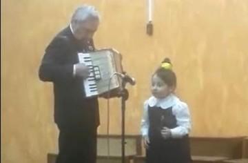 Mira el video de una niña de kínder cantando en quechua junto con su abuelo