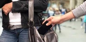 Adulto mayor hurta tablet y teléfono en dos colegios