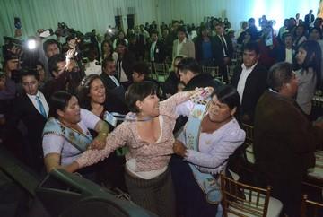 Violencia empaña la sesión de honor por efeméride de Cochabamba