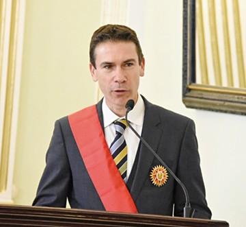 Condecoran a Embajador español al finalizar misión