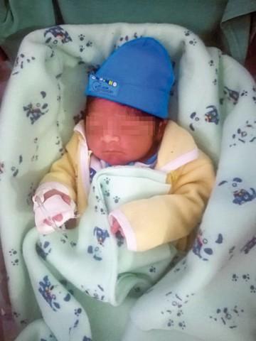 Un bebé nace en el monte y a las pocas horas lo abandonan