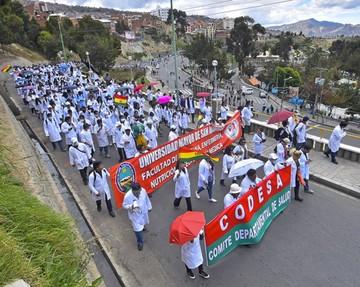 Médicos cumplen paro hoy y Salud anuncia descuentos