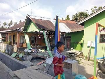 Fuerte sismo y tsunami golpean isla en Indonesia