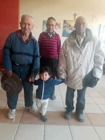 Anciano celebra sus 101 años con baile y cariño