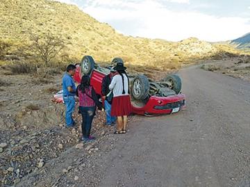 Camioneta vuelca con tres ocupantes que salen ilesos