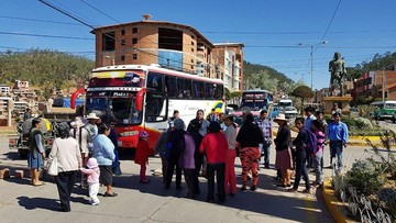 Bloqueo por demora en pavimento impide paso a Alcantarí y provincias