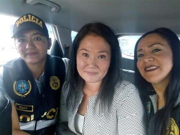 Selfie viral de dos policías con Keiko Fujimori deriva en investigación