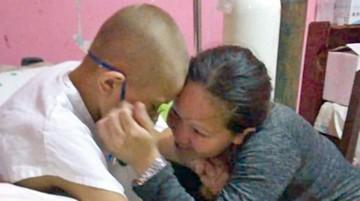 Niño enfermo con cáncer se reúne con su madre