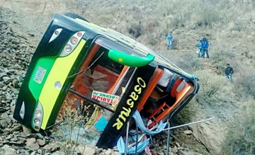Camargo: Vuelco de bus mata a tres y deja heridos