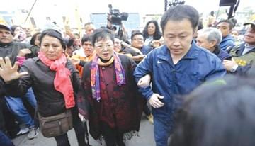 Keiko Fujimori recibe a su hermano Kenji y a su madre