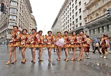 Bailarines desafían la lluvia y desfilan por Buenos Aires