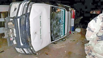 Manifestantes destrozan oficinas y autos policiales