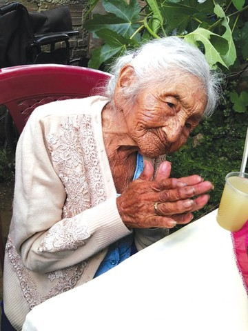 Mamá Julia festeja 118 años con canto y baile