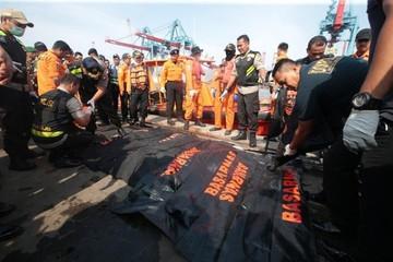Avión se estrella en Indonesia y no esperan supervivientes