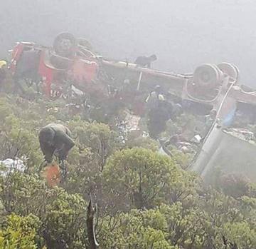 Confirman dos muertos y 56 heridos por embarrancamiento de bus en Villa Serrano