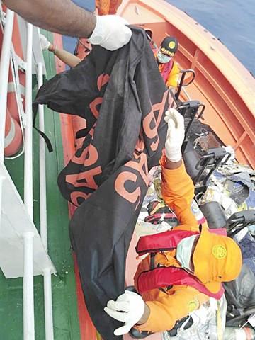 Descartan sobrevivientes de tragedia aérea en Java