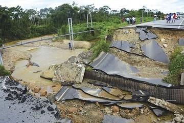 Lluvias dejan cuatro muertos por hundimiento en carretera