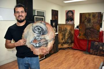 """Pintor mexicano """"resucita""""  alegres difuntos en su taller"""