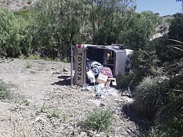 Se embarranca camioneta tras colisionar con otra