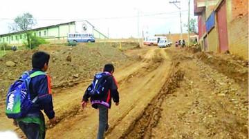 Construcción en época de lluvia  perjudica ingreso a Qhora Qhora