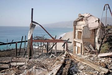 Fuertes vientos frenan lucha contra el fuego que asola California