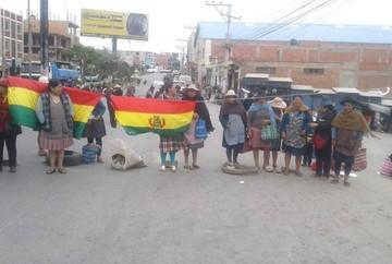 Sucre: Comerciantes bloquean la avenida Marcelo Quiroga Santa Cruz