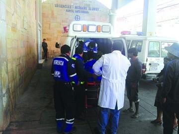 Vuelca vehículo tipo taxi;  hay tres jóvenes heridos