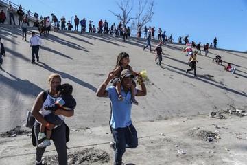 EE.UU. cierra frontera tras intento de asalto de migrantes