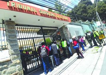 Oficialismo ratifica a su binomio  y opositores todavía no se definen