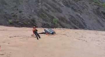 Sucre: Crecida de río atrapa a camión con varios ocupantes