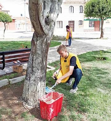 Voluntarios limpian zonas y promueven el servicio