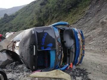 Yungas: Piedra aplasta a una flota y deja 3 muertos