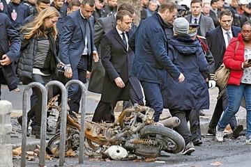 """Los """"chalecos amarillos"""" le doblan el brazo a Macron"""