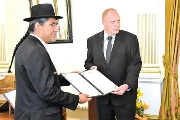 El ex embajador Blanco  jura como Viceministro