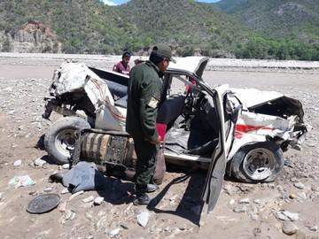 Sucre: Padre e hijo mueren al embarrancarse en un vehículo