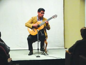 Peñafiel se luce con la guitarra en concierto