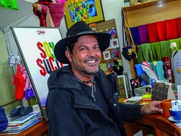 El actor Francisco Gattorno aprecia la belleza de Sucre