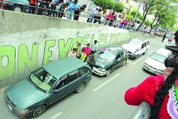 Tres vehículos colisionan en paso a desnivel