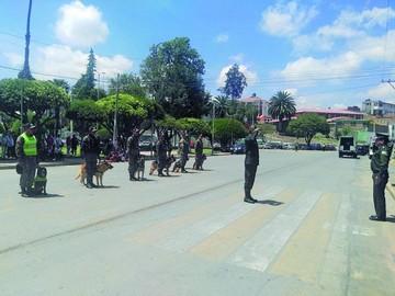 Canes de centro policial realizan demostraciones