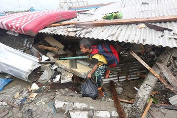 Indonesia busca sobrevivientes del tsunami y vigila el volcán que lo ocasionó