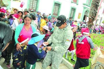 Más familias migrantes se movilizan por regalos