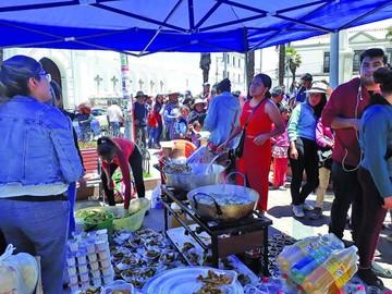 Regalos y chocolatada  en las calles de Sucre