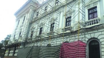 Lluvias y cables coartan la refacción de Gobernación
