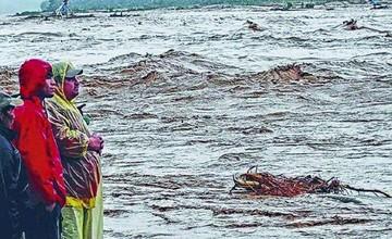 Río Piraí arrastra a tres niños; dos mueren