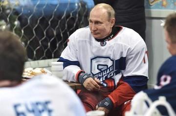 Putin despide el año jugando al hockey en la Plaza Roja