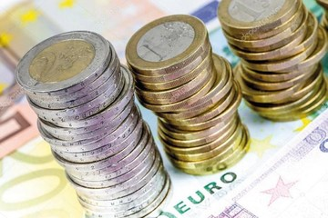 El euro cumple 20 años y aún pelea para ganarle al dólar