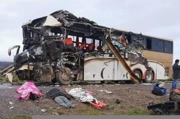 Colisión de buses cerca de Challapata deja 19 muertos y una veintena de heridos