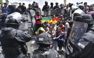 Policía desaloja violentamente a desocupados de Huanuni